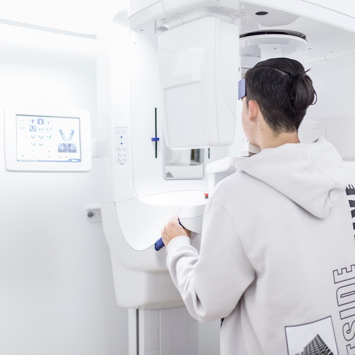 Paciente usando radiologia dental 3D