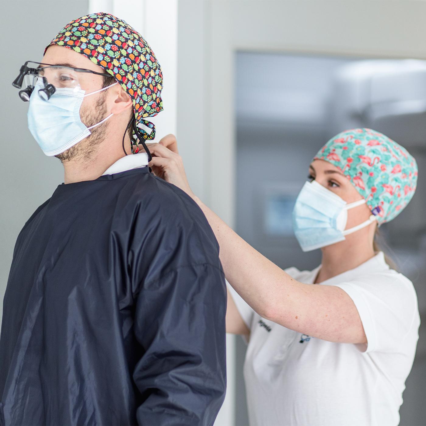 Anestesista se prepara para sedacion consciente de paciente